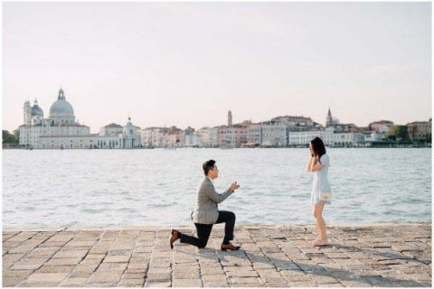 Man proposing a girl