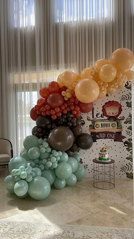 balloon decor around one year old birthday display